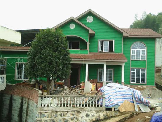 -->  定荣家轻钢节能抗震别墅 中国的建筑产业正在快速升级,新型建筑不断面世,如同概念车一样的各种概念建筑也不断亮相,但是绝大多数都停留在投入城市标志性建筑或者展示建筑的应用上。然而中国有这么一家企业,将先进的轻钢抗震别墅广泛的推广到中国的农村乡镇,而且深受大家的喜欢,引发了巨大的共鸣,这个企业有一个特别的名字,叫做定荣家,蕴意为安定繁荣之家。 中国建筑钢结构委员会专家薛发认为定荣家率先倡导以家为核心,让爱回归 的乡村家文化,通过互联网电商平台向广大农村乡镇推广轻钢节能抗震自建别墅,完全改变了以