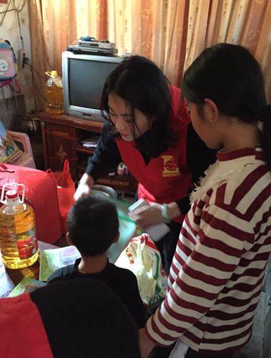 省陆丰市甲子镇12户贫困家庭送去了捐款,米油,学习用品,过冬的衣服等