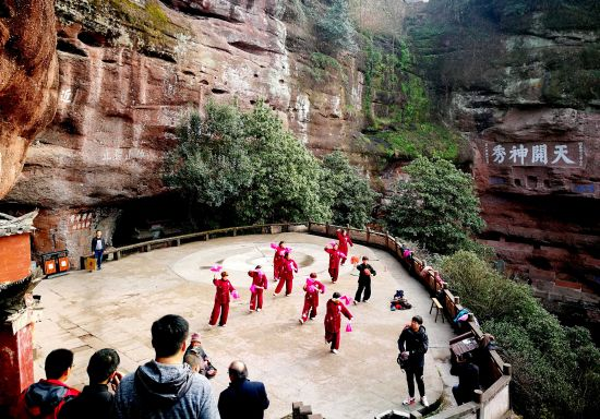 """""""三八""""节前后,休宁县齐云山风景区策划组织太极拳爱好者,在景区"""