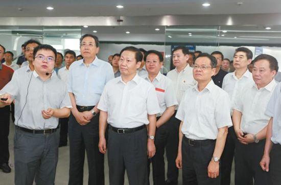 在江汽集团新能源汽车生产基地,他们下总装车间,问技术含量,看车型