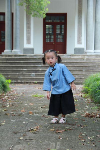 照片中,几位可爱萌翻的小女孩穿着民国风衣服,与周围民国风建筑相映