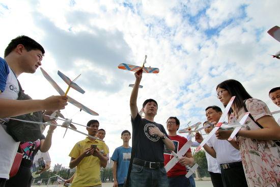 航空模型专家李静教练向学员老师讲解飞机模型的制作和放飞调试.