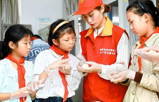 """10月4日,在滁州市南谯区章广小学""""光明驿站"""",志愿者和留守儿童一起"""
