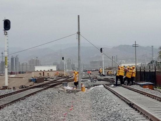 安装信号机32架;安装转辙机及装置32组;安装驼峰轨道电路区段30个