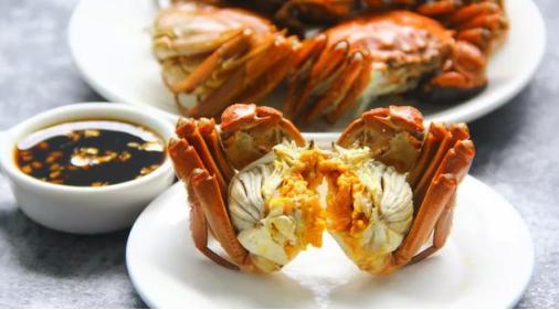 --> 中秋节除了月饼,又肥又大红艳艳的螃蟹也是餐桌上必不可少的一道大餐。作为蟹中之冠的阳澄湖大闸蟹以往可是富贵人家的一项老传统,我们看着别人吃螃蟹的次数比自己吃螃蟹的次数更多。如今电商发展,好蟹汇的阳澄湖大闸蟹也能爬上寻常百姓家的餐桌。  相比于其他的大闸蟹,阳澄湖的大闸蟹独占鳌头,黄满膏肥滋味鲜美,是享誉中国的名牌产品。在全民关注食品安全的今天,市民买东西关注的已不仅是价格,大闸蟹的出生和品质更为重要,这往往决定着销量。 那么问题来了:按照市场的惯例,当产品成为品牌之后,仿冒也就随之而来,仿冒