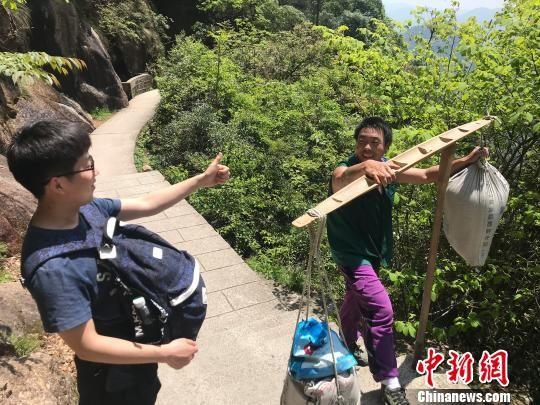 安徽黄山的挑山工