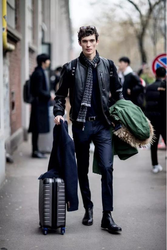 冬季虽然很多穿正装的男性都选择德比鞋或者是牛津鞋,但是切尔西靴在
